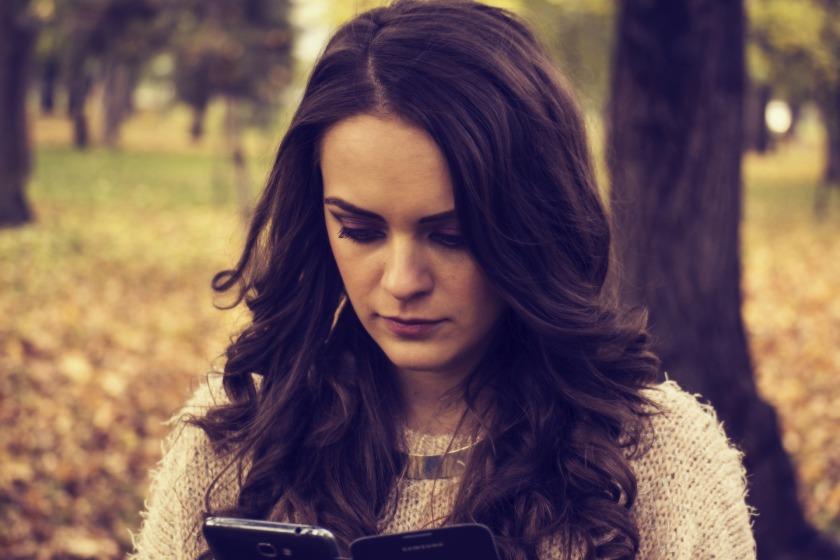 girl-looking-at-phone-1995455_1920